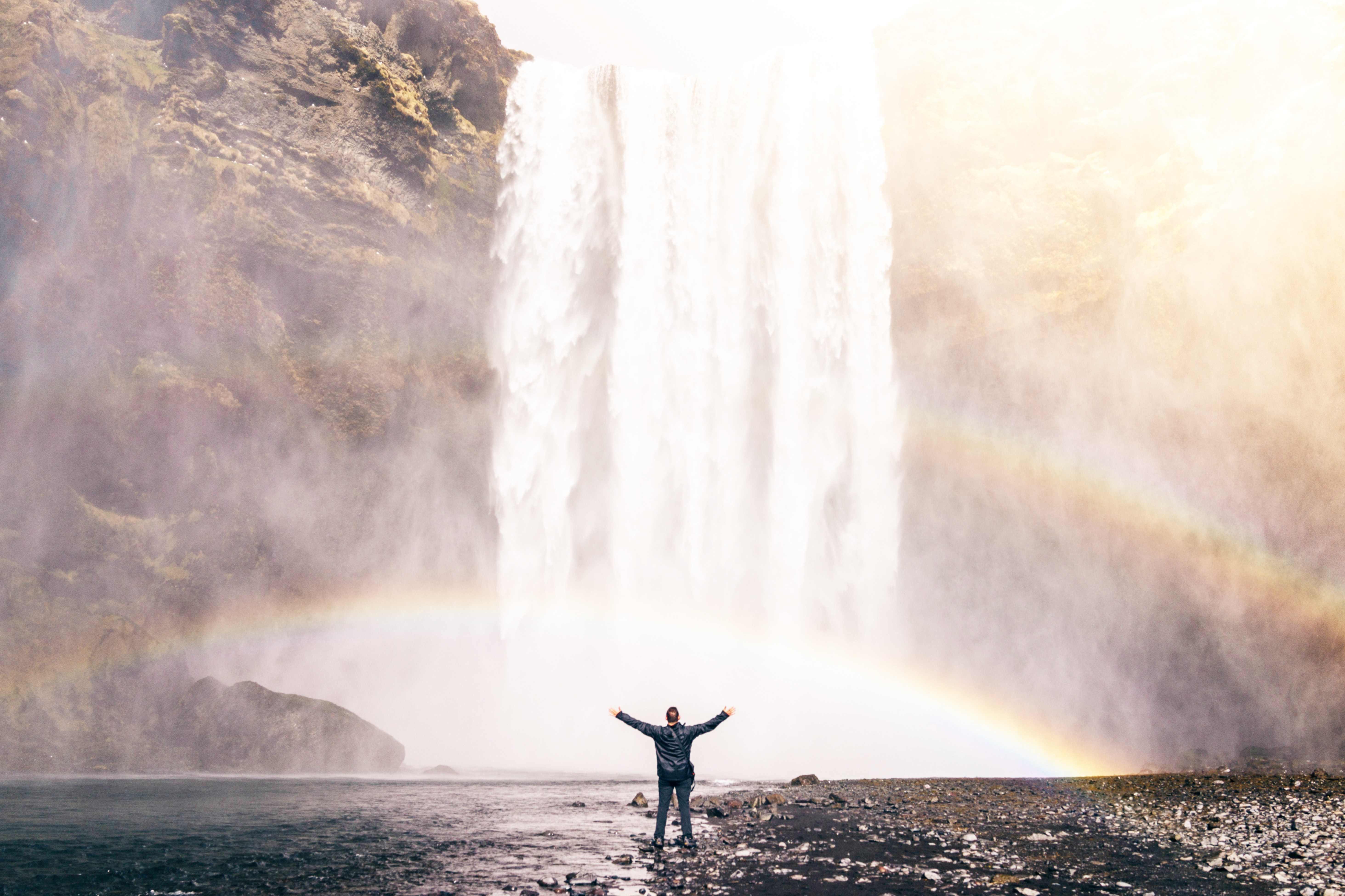 Autor predigt an einem Wasserfall